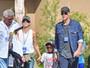 Sandra Bullock e o filho aproveitam parque em Hollywood