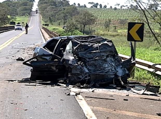 Carro onde casal estava ficou destruído (Foto: Reprodução / TV Tem)