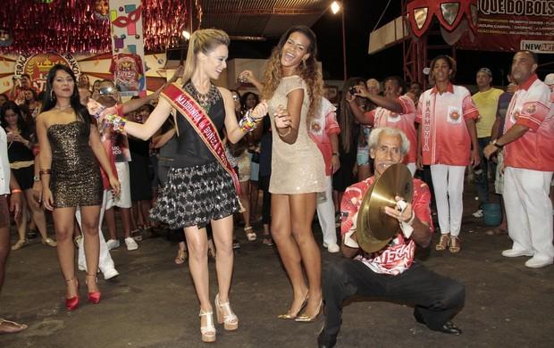 Mariana Ximenes se diverte ao lado de Dandara Oliveira e ritmista (Foto: Isac Luz/EGO)