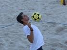 Márcio Garcia, de sunga, joga futevôlei na praia com amigos