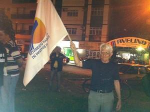 José Barbosa, representante do DH da OAB, levou a bandeira dos direitos humanos para a manifestação. (Foto: Patrícia Belo / G1)
