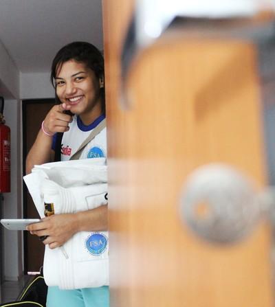 Sarah Menezes perde a chave do apartamento (Foto: Emanuele Madeira/GloboEsporte.com)