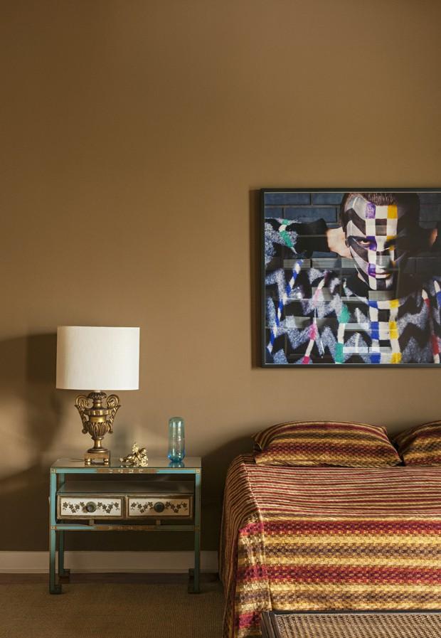 Tons terrosos e texturas aparentes marcam décor de apartamento (Foto: Divulgação)