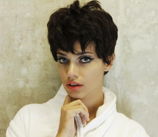 Adriana Lima nos bastidores do ensaio (Foto: Vogue Brasil)