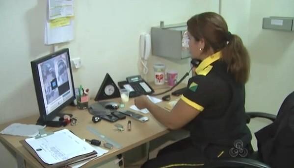 Dilce é responsável por todo mundo que entra e sai da empresa.  (Foto: Amazônia TV)