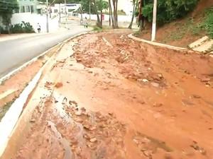 Água vaza e lama de barranco invade pista no Morro do Gato, em Salvador (Foto: Reprodução/TV Bahia)