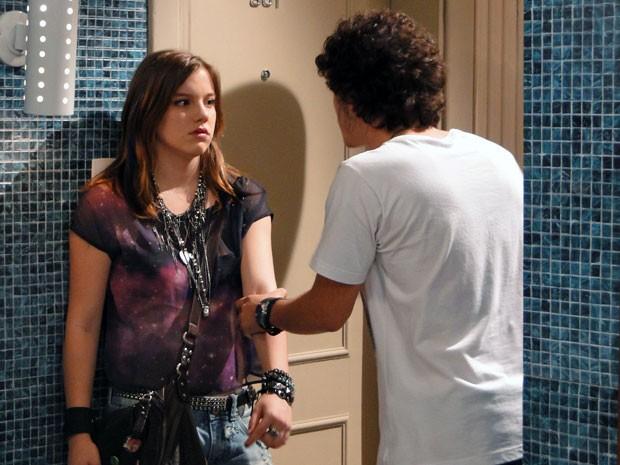 Dinho e Lia discutem no corredor do prédio de Ju (Foto: Malhação / TV Globo)