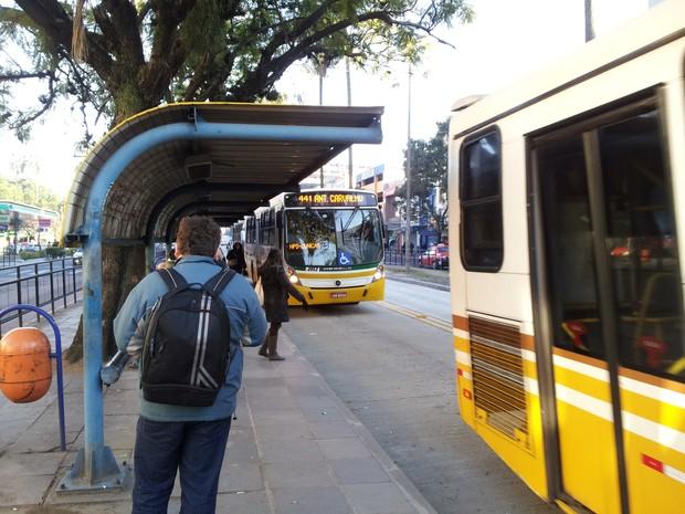 Ônibus não registraram atrasos na manhã desta sexta-feira em Porto Alegre (Foto: Josmar Leite/RBS TV)