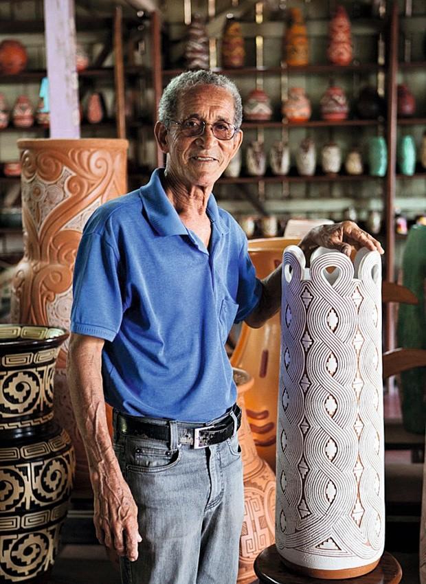 Mestre Anísio e bengaleiro que traz desenho inspirado na corda do Círio de Nazaré, 70 cm de altura, R$ 490 (Foto: Lufe Gomes / Editora Globo)