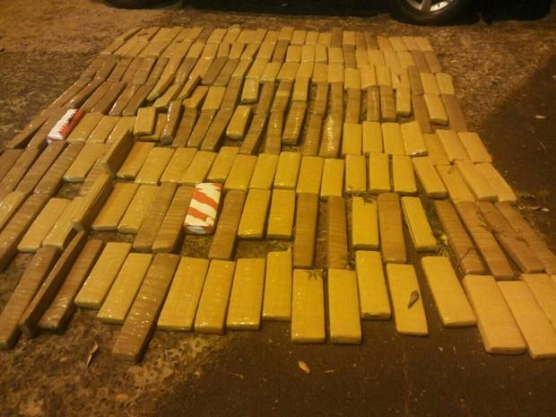 Suspeito de tráfico internacional de drogas é detido na BR-153, em Prata (Foto: Marcelo Honorato/G1)