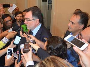 Patrus Ananias foi recebido pelo Prefeito de João Pessoa, Luciano Cartaxo, e pela vice-governadora, Lígia Feliciano (Foto: André Resende/G1)