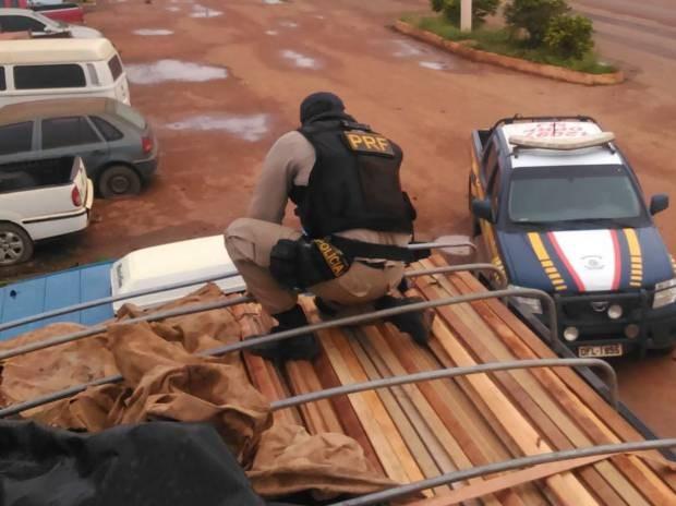 Motorista de caminhão transportava madeira serrada com documentos adulterados pela BR-010, no sudeste do Pará. (Foto: Divulgação/Polícia Rodoviária Federal)