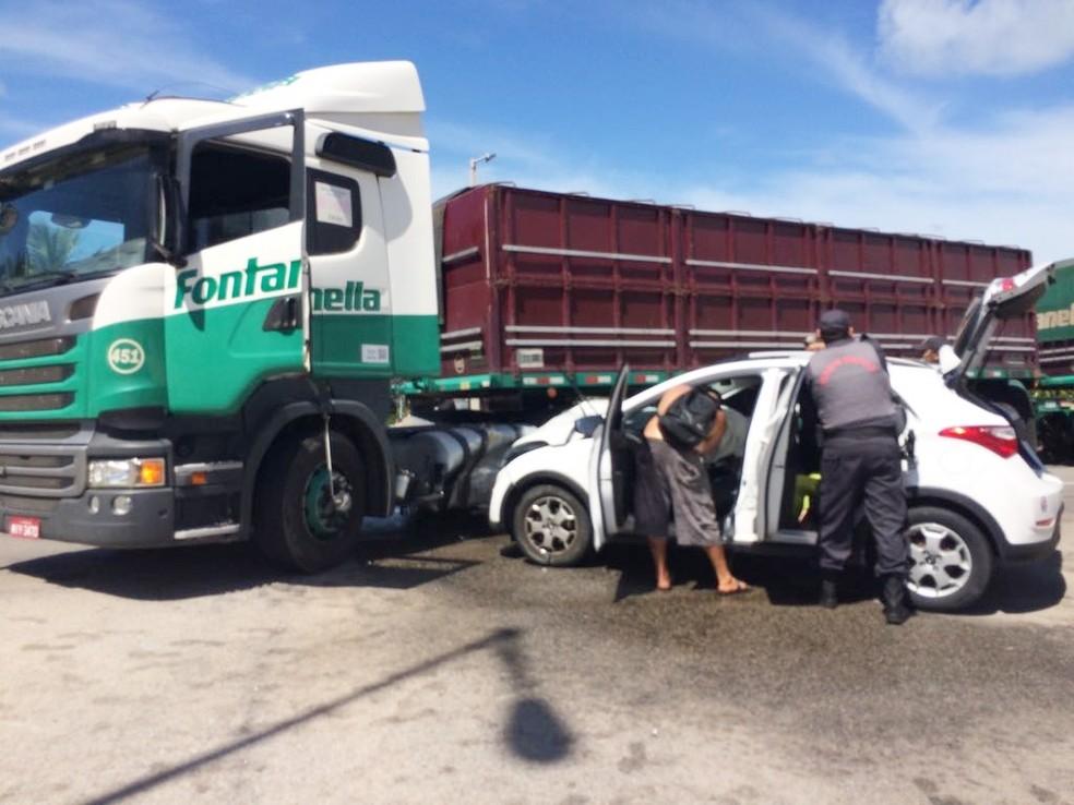 Acidente aconteceu na Via Costeira, próximo ao hotel Vila do Mar; carro e caminhão colidiram  (Foto: Fábio Muniz)