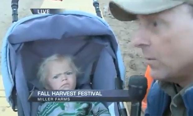 Repórter Dan Duru tentou entrevistar menino em festival. (Foto: Reprodução)