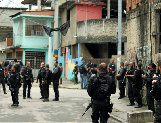 Policiais em operação na Cidade de Deus (Foto:  Gabriel de Paiva/ Agência O Globo)
