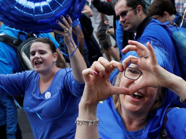Mulher participa da 'Marcha pela Europa' nesta sábado (3) em Londres (Foto:  REUTERS/Luke MacGregor)
