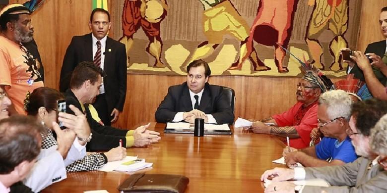 politica-reuniao-maia-indigenas (Foto: Agência Câmara)