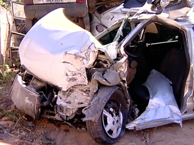 Carro ficou destruído após o acidente (Foto: Reprodução/TV Gazeta)