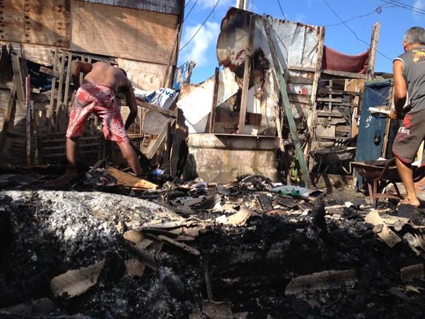 As famílias que moravam nos barracos perderam tudo com o incêndio (Foto: Kety Marinho/TV Globo)
