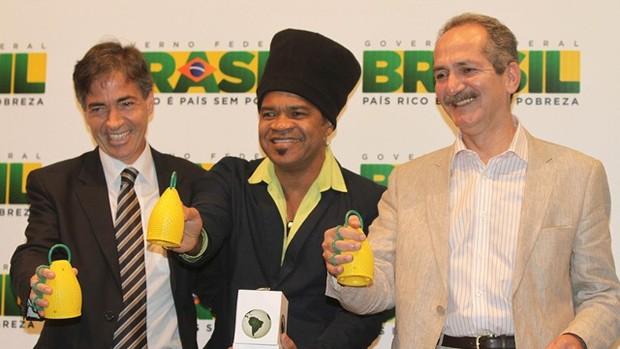 Luis Fernandes, Carlinhos Brown e Aldo Rebelo - Caxirola (Foto: Divulgação / Ministério do Esporte)