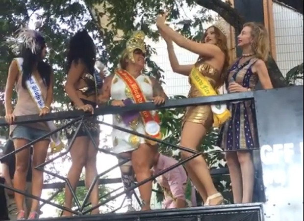 Ellen Rocche faz selfies com do alto do trio do Bloco do Fico (Foto: Reprodução/Instagram)