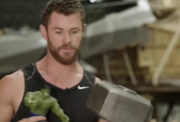 O ator Chris Hemsworth com o boneco do Hulk nas mãos (Foto: Instagram)
