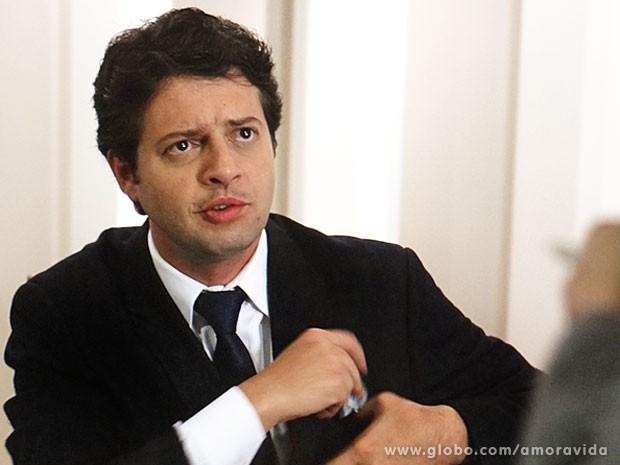 Porteiro fica cabreiro (Foto: Amor à Vida/TV Globo)