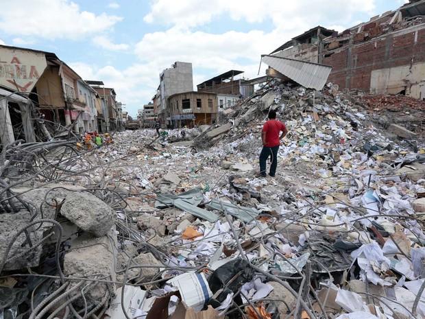 Homem olha região devastada após terremoto em Portoviejo, no Equador (Foto: Juan Cevallos / AFP Photo)