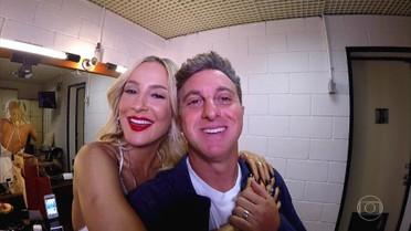 Luciano Huck invade camarim de Claudia Leitte na abertura do 'Caldeirão'