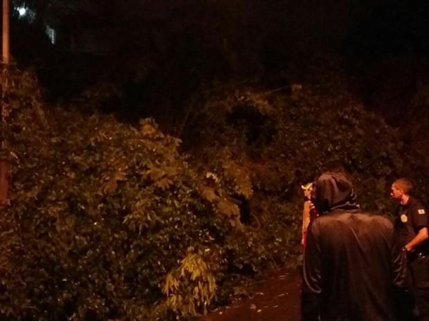 Barranco desmoronou e atingiu casa em Poá (Foto: Gilcimar Vieira)