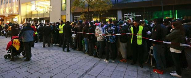 Lojas da Apple tiveram filas para comprar o iPhone 5. Em Munique (foto), a fila era gigantesca (Foto: Reuters)