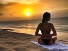 Isis Valverde mostra elasticidade com os braços em foto na praia