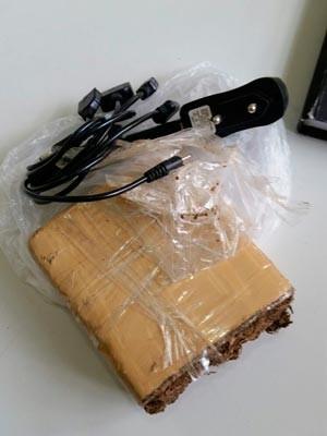 Pacote lançado pela cerca da UED tinha maconha e carregadores de celular (Foto: Arquivo pessoal)