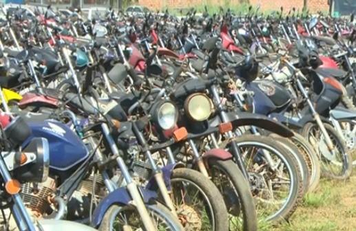 Ao todo são 83 carros e 637 motos. O lance inicial é de R$ 50,00 (Foto: Amazônia TV)