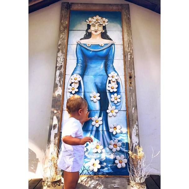 Candice registra o pequeno Anacã ao lado de uma figura de Iemanjá (Foto: Instagram/Reprodução)