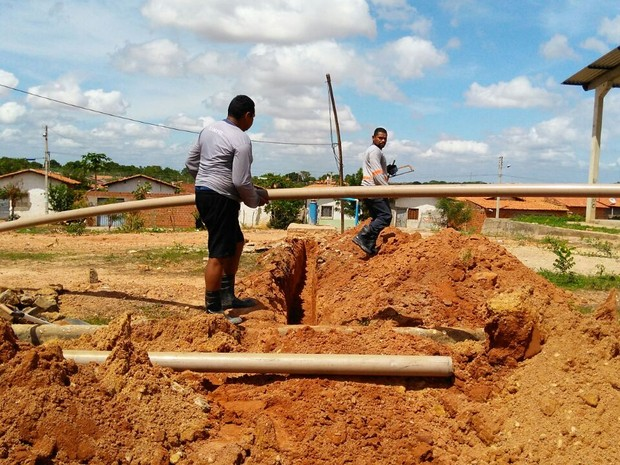 Agespisa conserta cano (Foto: João Cunha/G1)