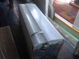 Caixão com corpo da criança chegou em Porto de Macapá dentro de uma geladeira (Foto: Cassio Albuquerque/G1)