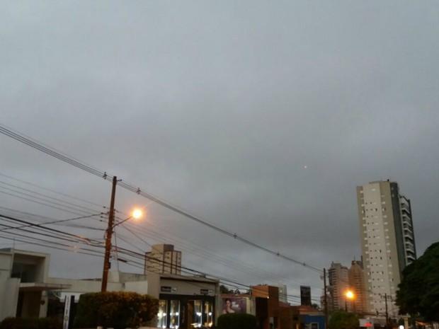 Terça-feira amanheceu 'escura ' em Campo Grande (Foto: Gabriela Pavão/ G1 MS)