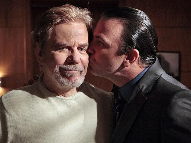Marcelo Faria presenteia Reginaldo com um beijo no Dia dos Pais (Foto: Amor Eterno Amor/TV Globo)
