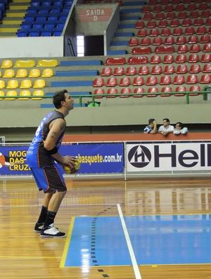 Babby treina lances livres no Mogi Basquete (Foto: Rodrigo Mariano / Globoesporte.com)