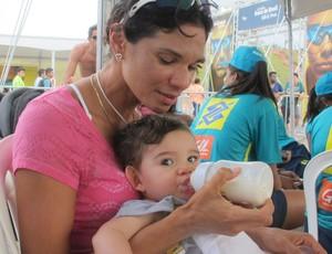 Andrezza dá leite para Davi em intervalo entre os jogos (Foto: Carol Fontes)