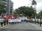 Servidores federais da Educação realizam protesto na orla de Jatiúca
