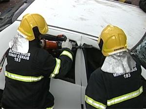 Os ocupantes do carro foram retirados com dificuldade  (Foto: Reprodução/TV Integração)