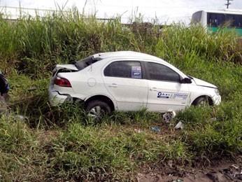 Táxi capotou com suspeitos em Jaboatão (Foto: Divulgação / PRF)