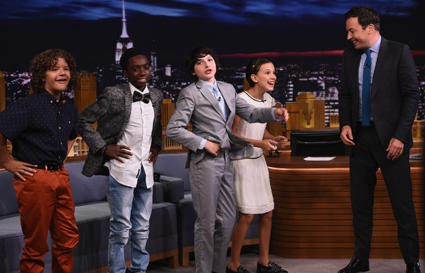 Finn Wolfhard, Millie Bobby Brown, Gaten Matarazzo e Caleb McLaughlin com Jimmy Fallon (Foto: Theo Wargo/Getty Images)