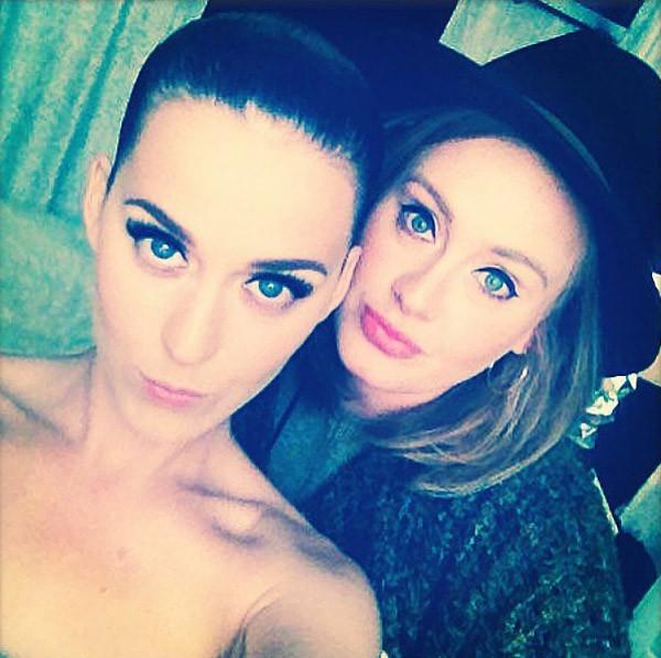 Katy Perry e Adele exibiram juntas seus olhos azuis (Foto: Instagram)