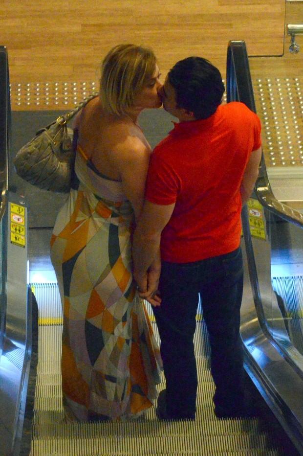 Claudia Raia com o namorado (Foto: Marcus Pavão/Agnews)