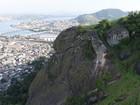 Defesa Civil sobrevoa área onde pedra rolou em Vila Velha, ES
