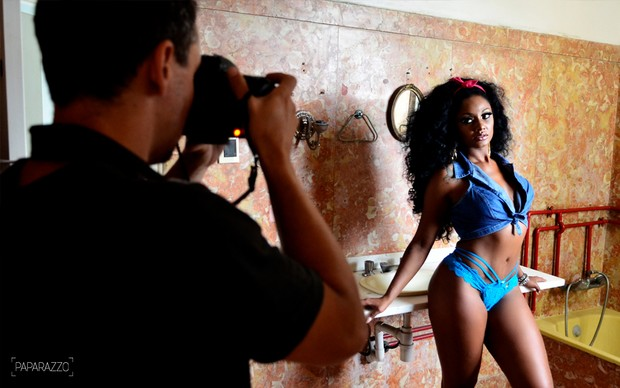 Making of Camila Silva posando para o Paparazzo (Foto: Roberto Teixeira / Paparazzo)