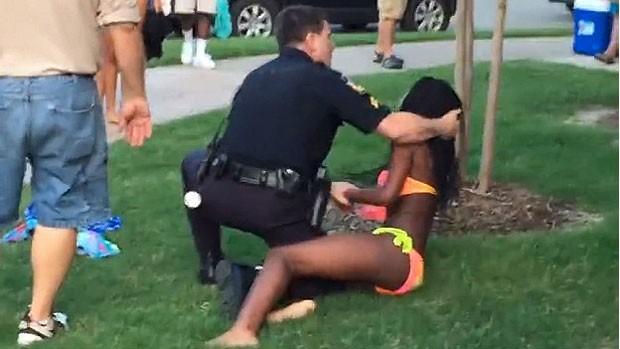 Um policial nos Estados Unidos foi suspenso após a divulgação de um vídeo que mostra ele jogando ao chão uma adolescente de 14 anos e apontando sua arma para outros jovens (Foto: BBC)
